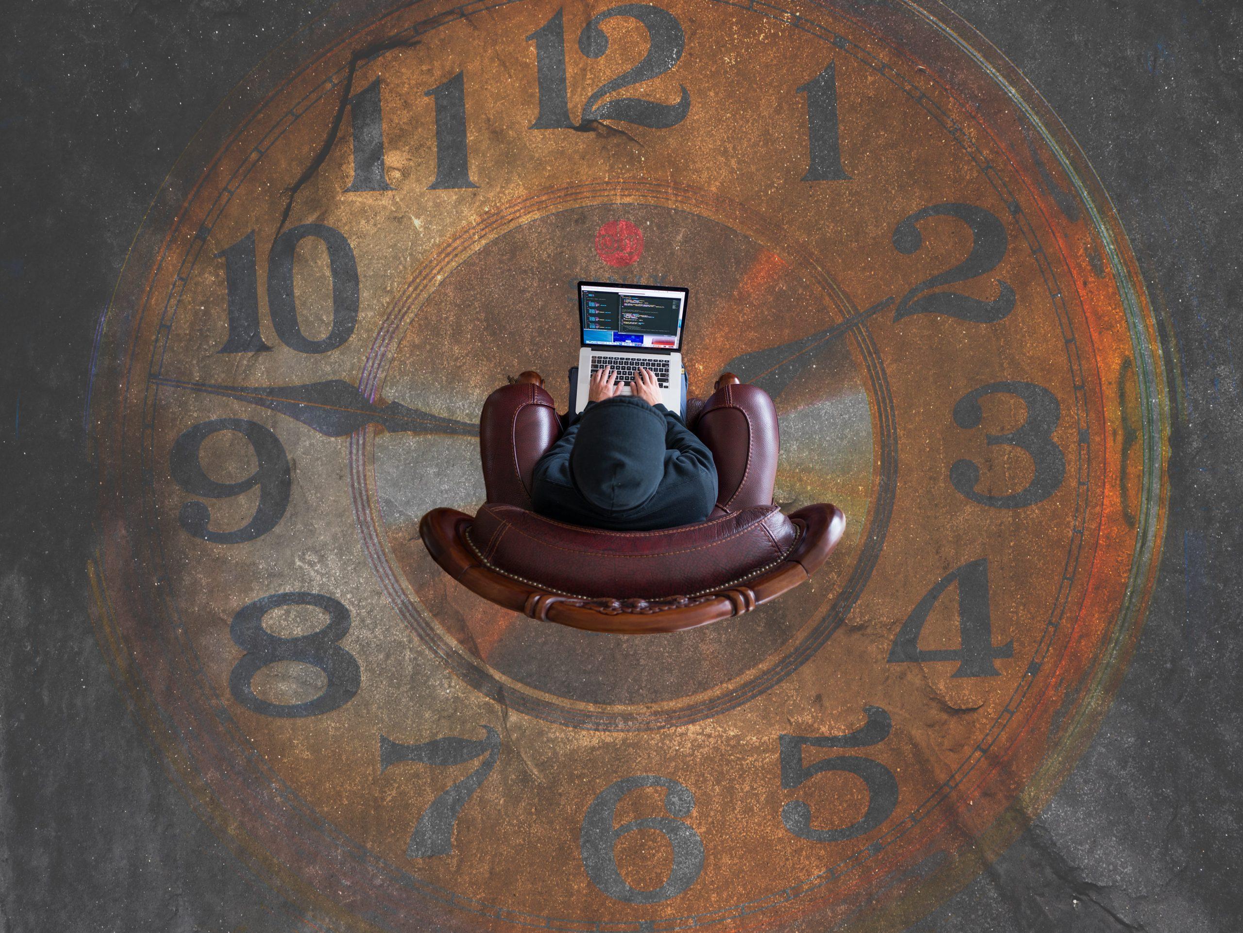 homme assis au milieu 'une horloge